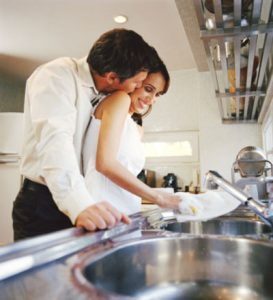 lavare-i-piatti-abbraccio