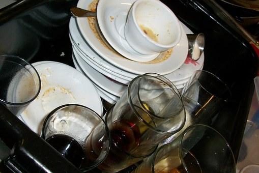 Meglio lavare i piatti a  mano o in lavastoviglie?
